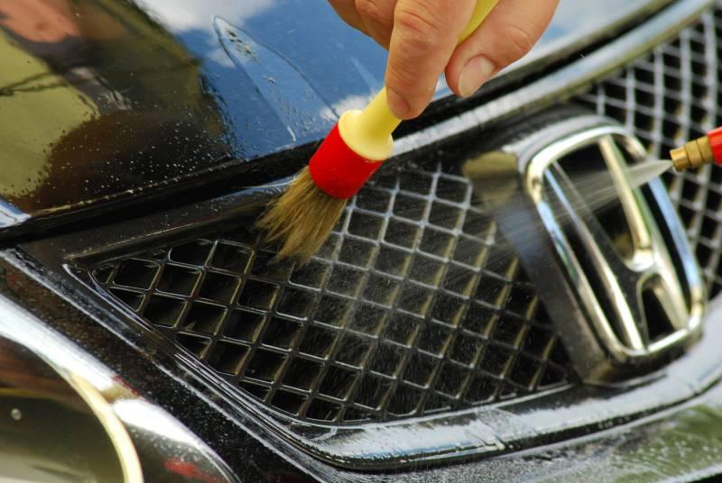 Do czyszczenia trudno dostępnych miejsc, warto zaopatrzyć się w pędzelek z miękkiego włosia