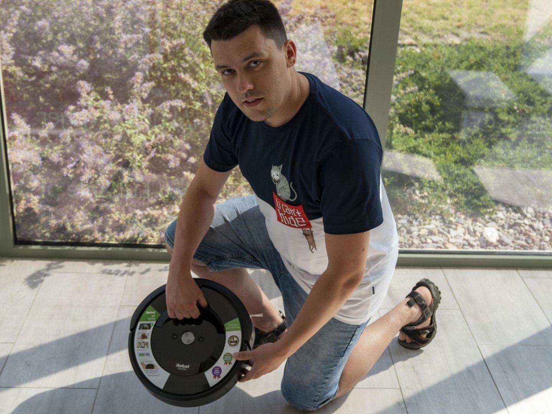 iRobot Roomba e5 ma specjalną rączkę, która ułatwia przenoszenie urządzenia