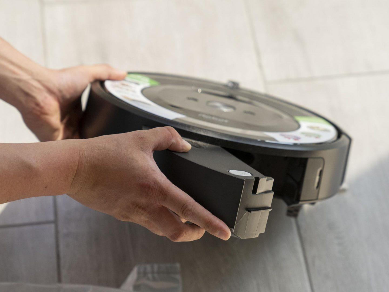 Roomba e5 na pełnym akumulatorze jest w stanie odkurzać przez około 90 minut