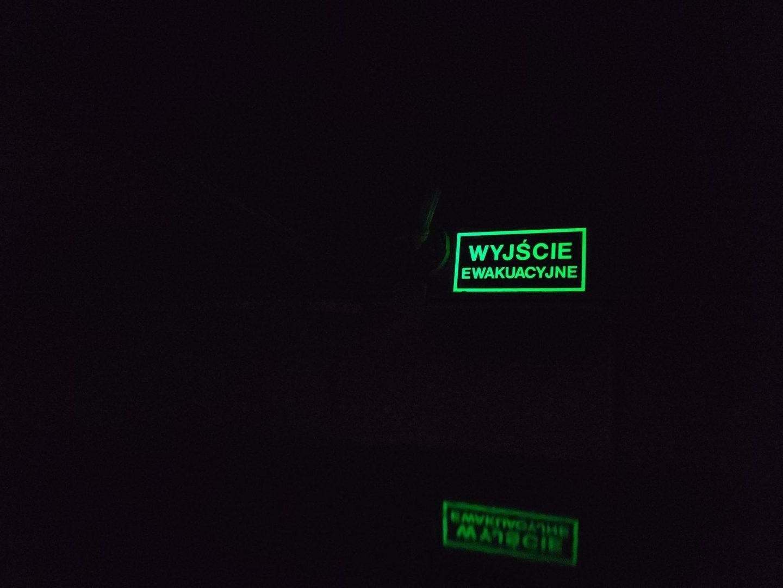 Jedyne źródło świata na tym zdjęciu, to znak luminescencyjny